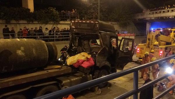 军工路上一平板卡车被车载管状重物击穿驾驶室 司机不幸身亡