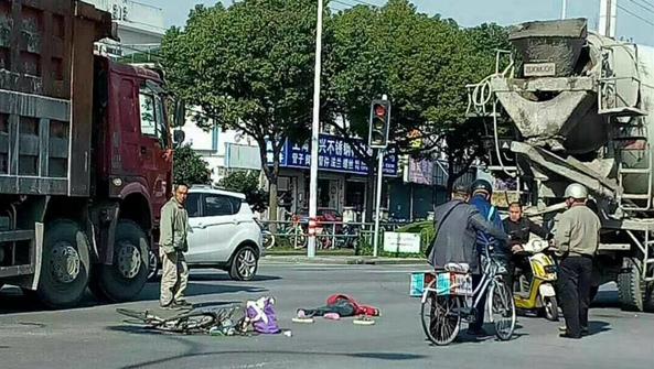 金山一搅拌车撞上自行车 骑车人不省人事