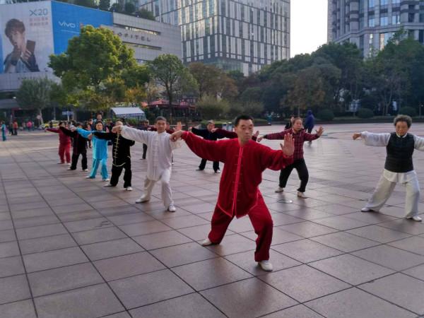外滩太极团队与南京路世纪太极队交流拳艺