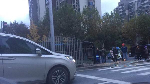 今晨龙吴路一环卫车侧翻 两人受伤