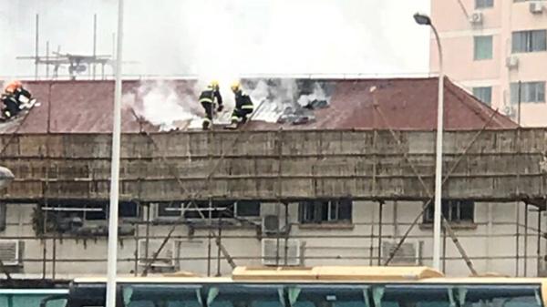 沪曹杨六村一居民楼突发火灾 火已扑灭无人伤亡