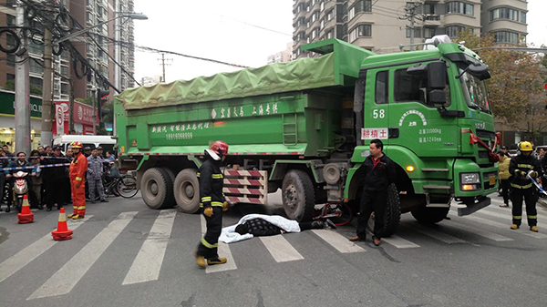 中华路跨龙路一土方车与单车相撞 骑车男子右腿被卡