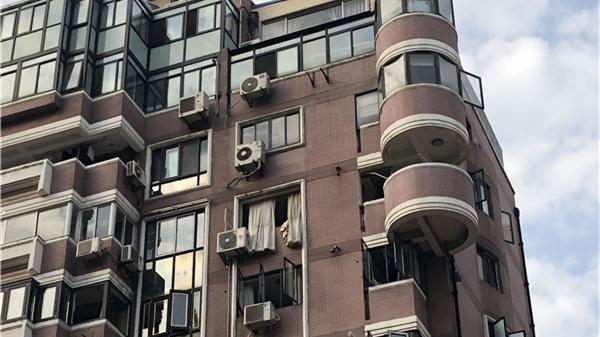 长宁一高层住宅发生爆燃 窗飞出无人伤