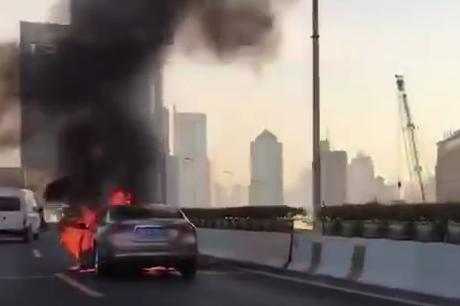 延安高架华山路段一车自燃 后方严重拥堵高架部分封闭