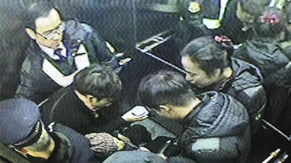 冬日温情:老人沪地铁3号线车厢内晕倒 社会各界齐力救助