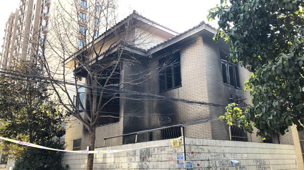 沪新桥一房屋起火致1死3伤 浓烟滚滚直冲云霄