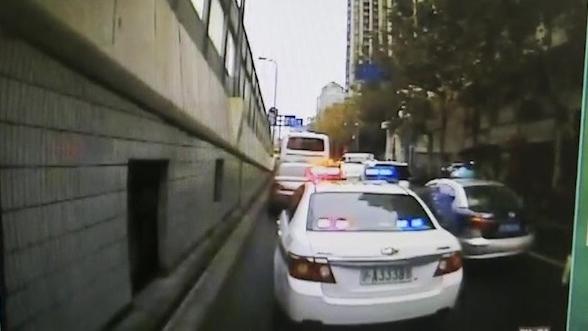 昨早高峰上海一老人突然昏迷 公交司机请警车开道合力送医