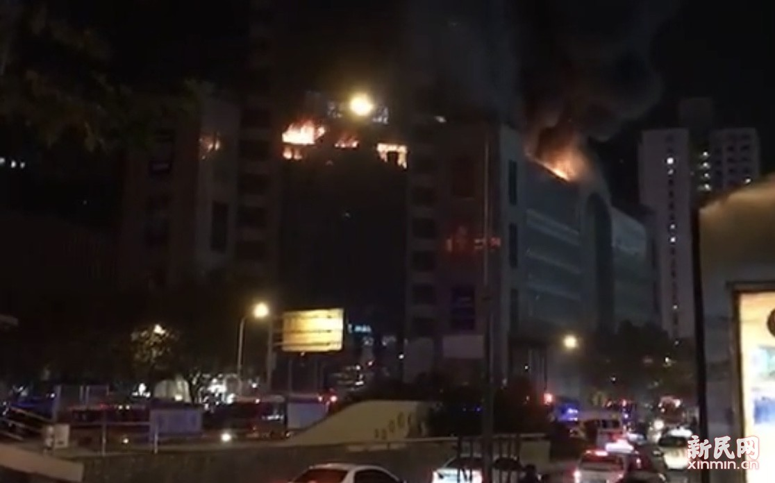上海浦东张杨路一商务楼深夜起火 火情已被控制