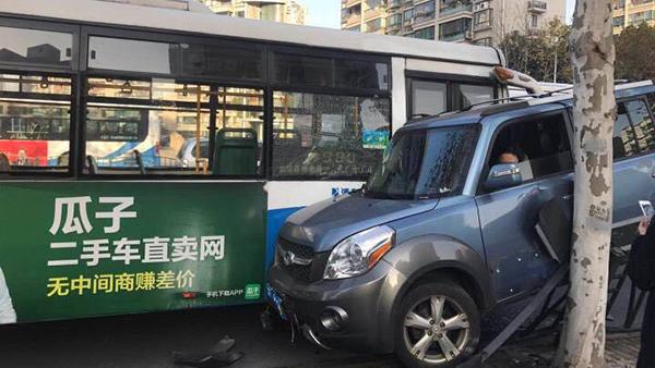 今早浦东新区东方路一公交车与轿车相撞 车上一对母子轻伤