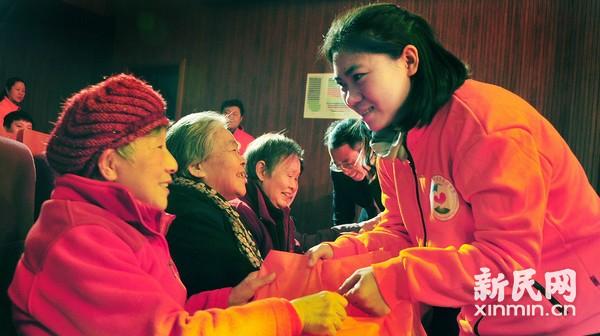 慈善传递关爱 让困难老人感受温馨