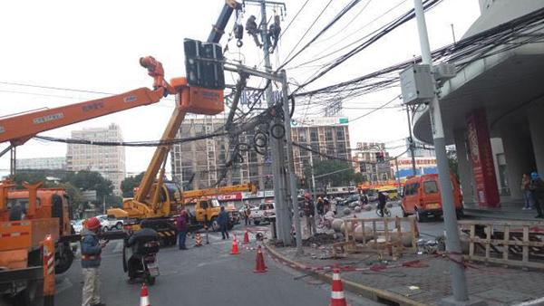 吴中路桂林路口电线杆断裂 影响早高峰通行