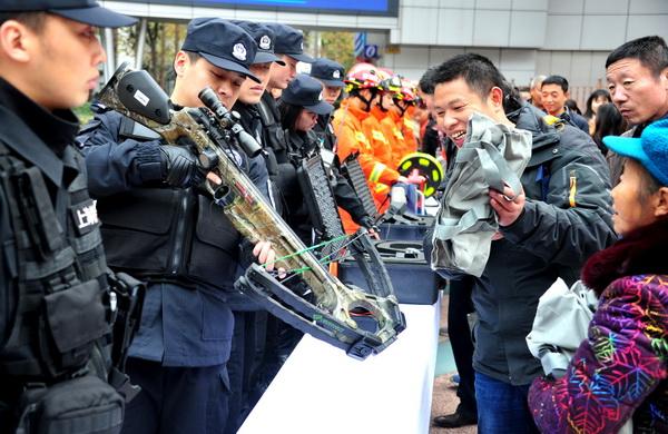 警方宣传安全防范 高端警械让人大开眼界
