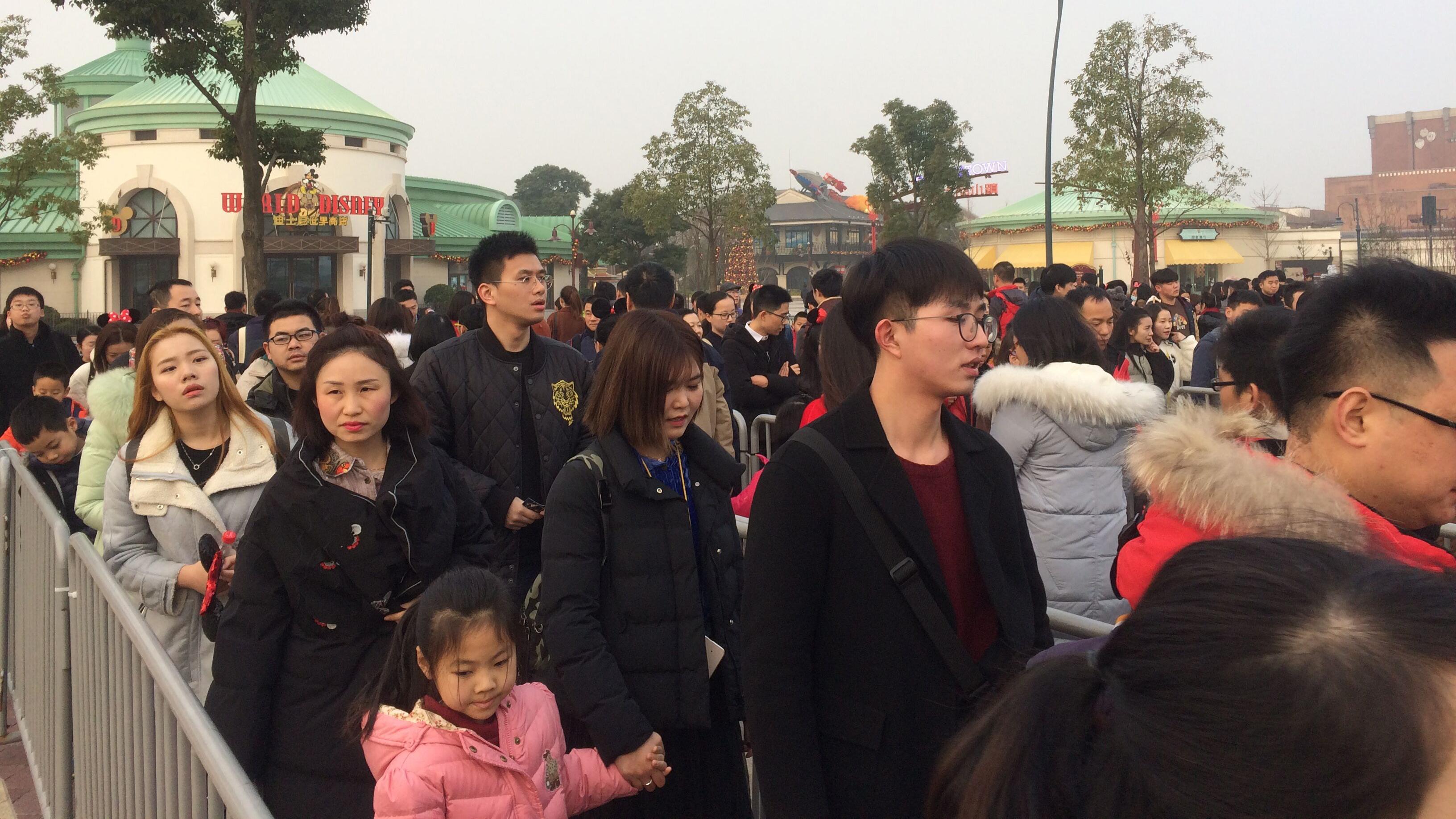 上海迪士尼度假区今日客流预计近10万 警方全警上岗保平安