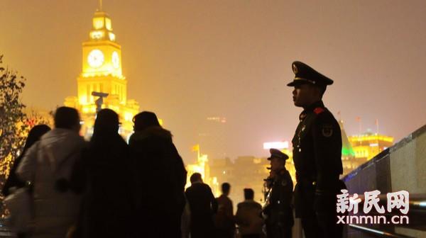 武警官兵守护新年平安