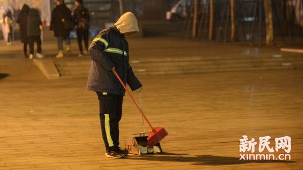 环卫工人凌晨清理垃圾 确保城市清洁