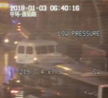 今晨中环等地发生多起多车相撞事故  面包车车轮被撞落