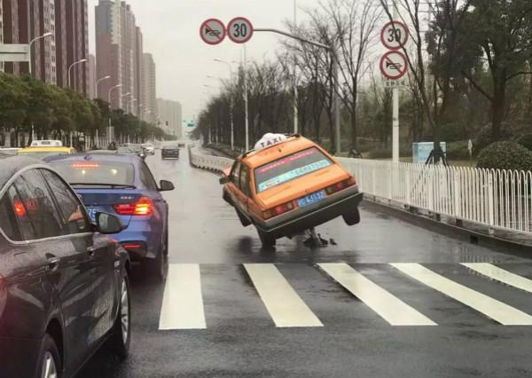 惊险!闵行一出租车撞上道路中央隔离栏