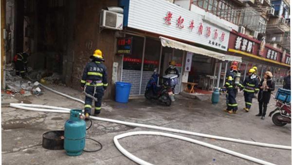 沪民星路上一店铺突发火情 消防部门迅速处置