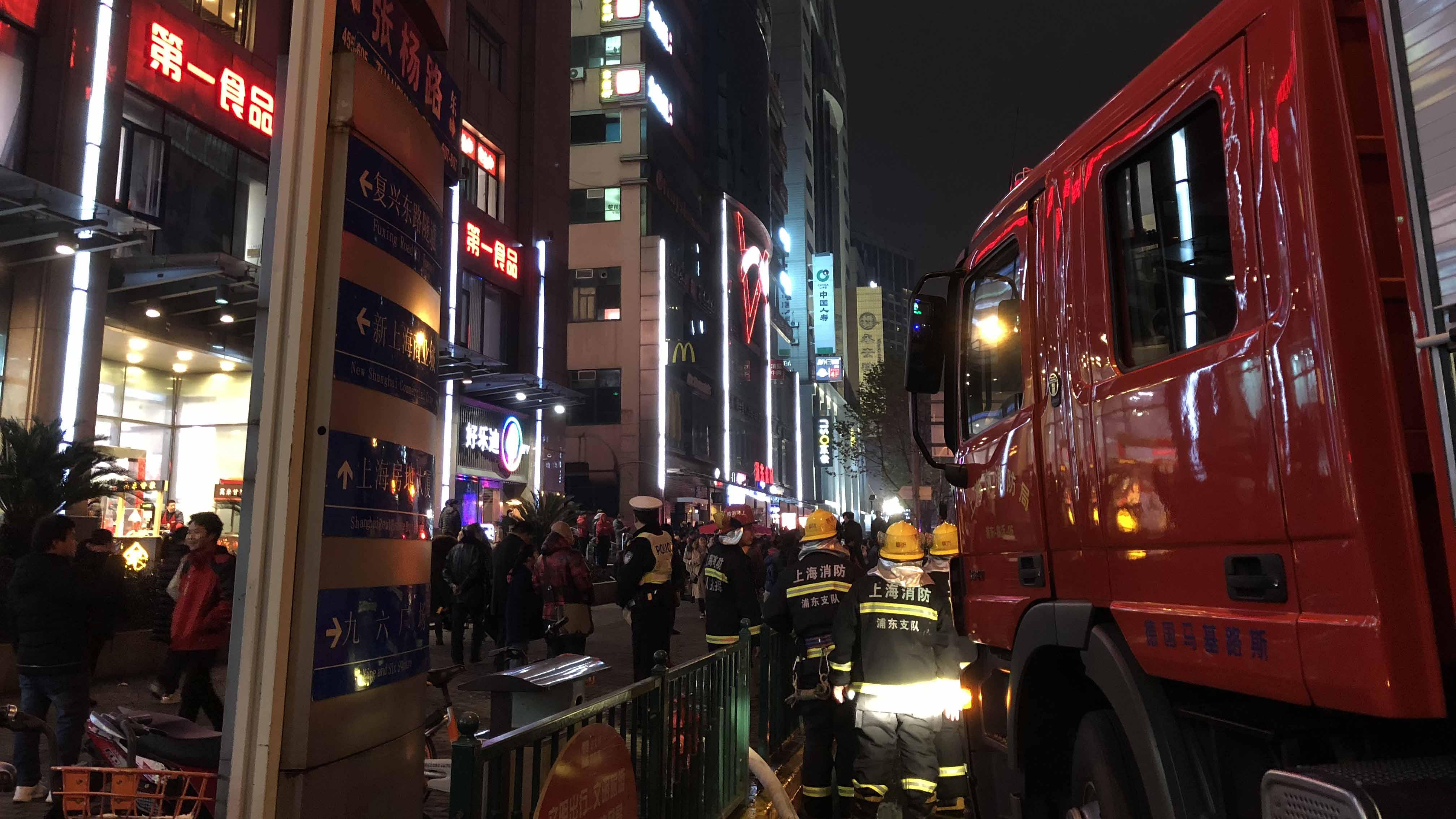 上海浦东张杨路一餐厅厨房起火 火已灭