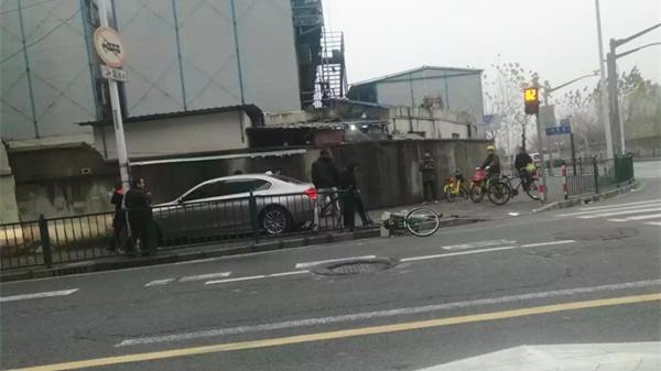 今晨浦东一轿车与自行车相撞 骑车人倒地不起