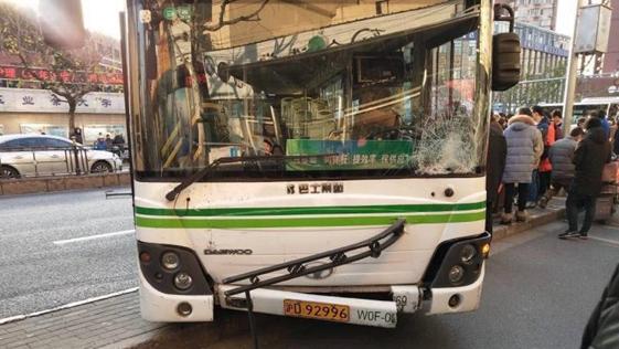 沪一公交车失控撞上行人致一死一伤