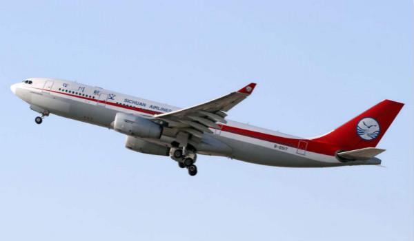 川航晚点13个小时 上海老人批评被工作人员按倒取消登机