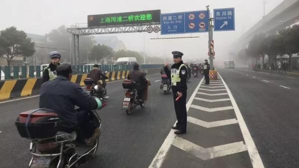 """上海大雾迷城:""""水陆空""""皆受影响 明晨大雾或将再袭"""