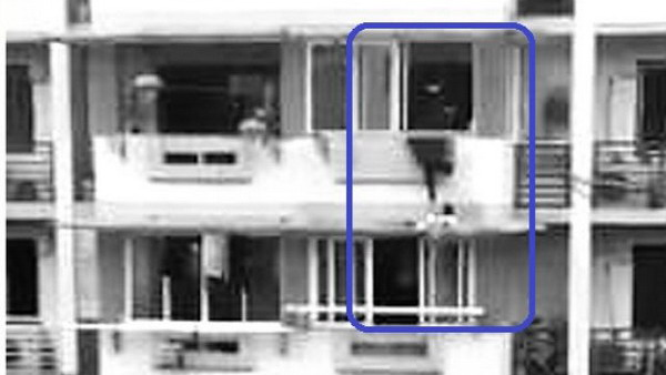 3岁幼童爬出阳台掉落雨棚 男子倒挂金钩一把捞回