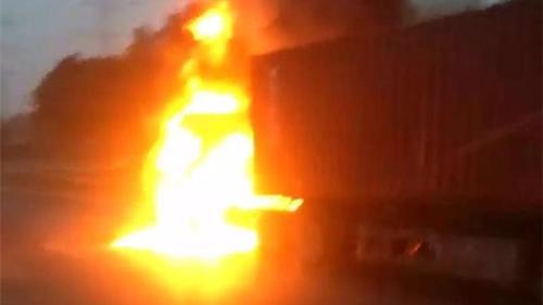 今晨S20外环高速发生集卡自燃事故 无人员伤亡