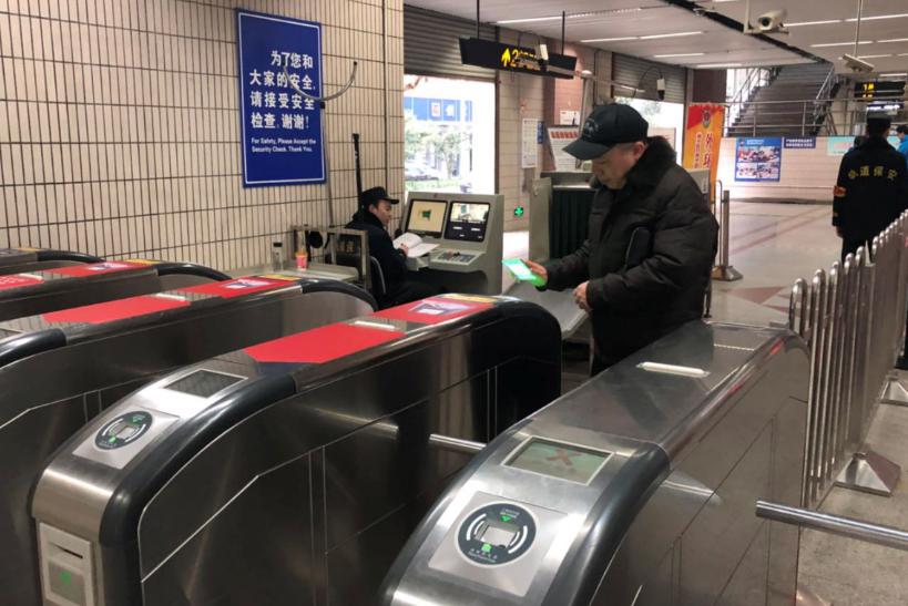 沪地铁全网试行刷码过闸首日:市民热情高 问题也不少
