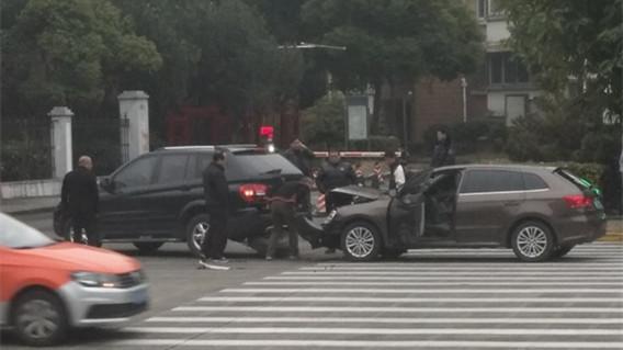 金山区一小区门口两车追尾冒出黑烟 所幸及时扑救无人员伤亡