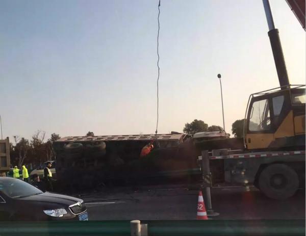 沪芦高速货车侧翻 交通严重拥堵