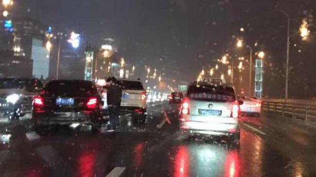 雨雪天出行需谨慎!晚高峰卢浦大桥突发两起单车事故