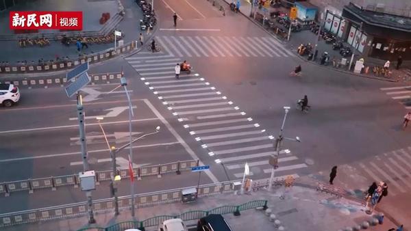 行人过马路时自动发光 五角场的这条斑马线你见过没?