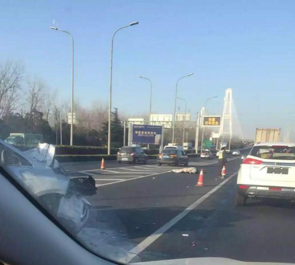 今晨徐浦大桥三车追尾 导致一人身亡