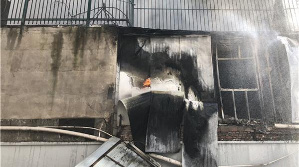 闵行龙里路一厂房起火 黑烟滚滚数公里外可见