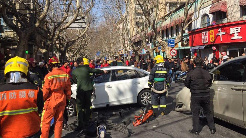 上海黄浦区瑞金二路发生三车相撞 5人受伤
