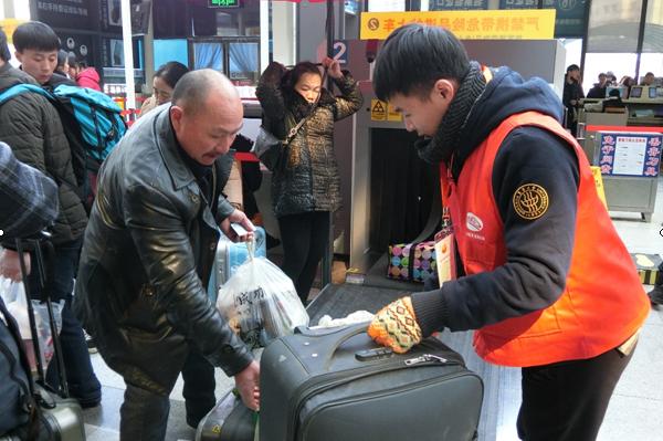 """""""橙""""心""""橙""""意 东华学子连续六年为春运志愿服务"""