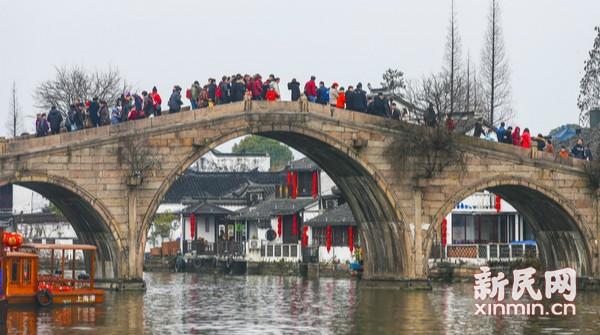 朱家角年味浓,游客纷至沓来迎新春