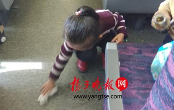 5岁女孩主动擦净弟弟弄撒在车厢的饮料,引同行者点赞