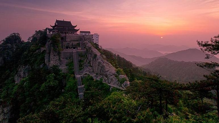 命悬一线!上海游客九华山徒步被困崖壁 警方不懈努力终救出