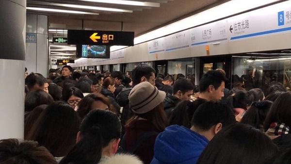 晚高峰上海地铁8号线故障 部分车站临时限流