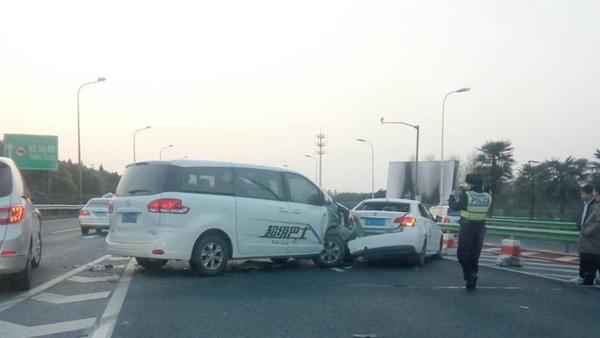 上海S1迎宾高速近机场工作区两车追尾 一人轻伤