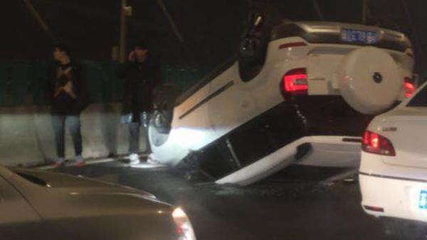 上海杨浦大桥突发交通事故 一辆SUV翻车
