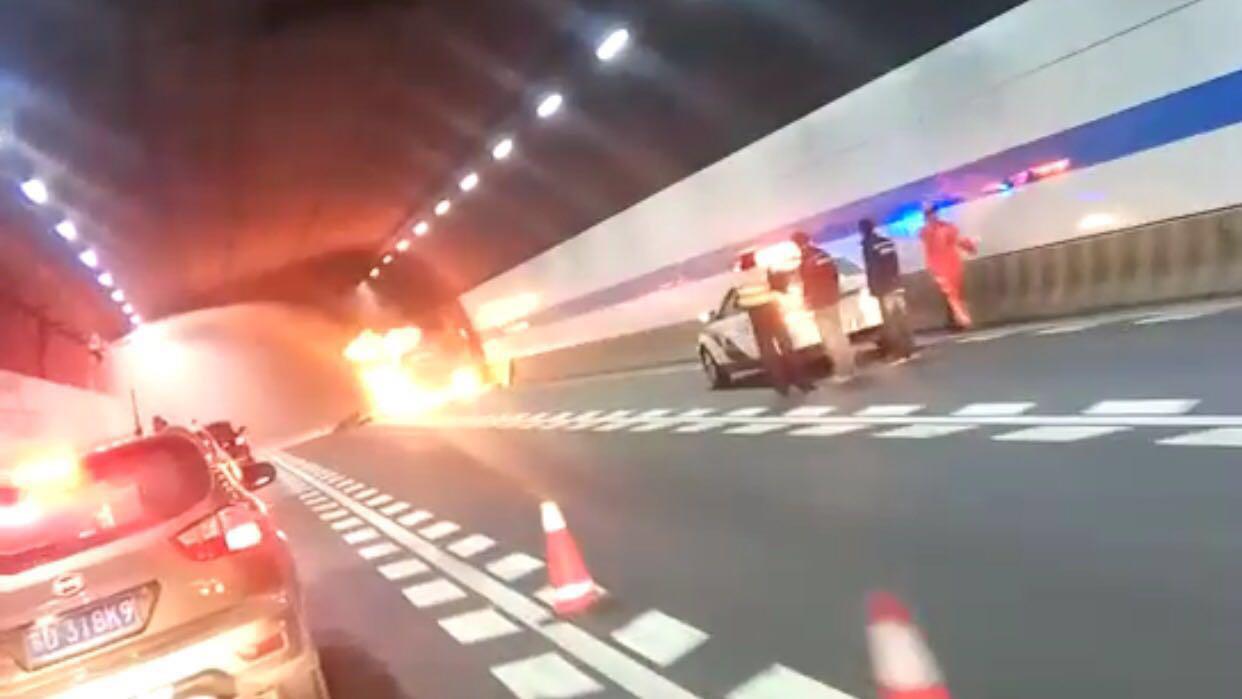 上海长江隧道内一货车起火 现场明火已扑灭