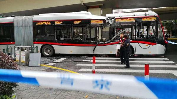 延安东路浙江中路高空坠物砸中71路公交车 幸无人伤亡