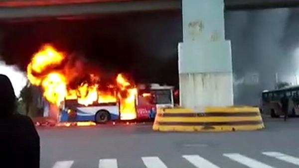 上海康桥东路申江路口一辆公交车自燃事故  无人员受伤