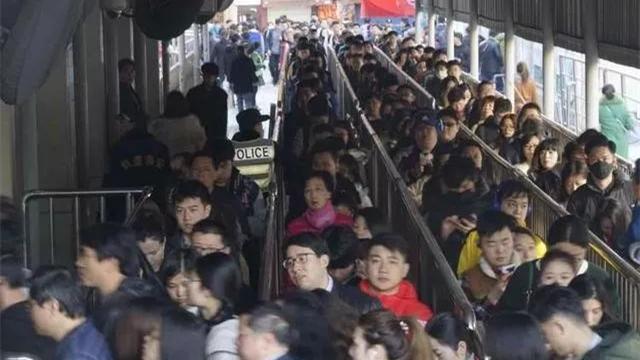 魔都只有1个出入口的地铁站,早高峰排队排到弄堂里