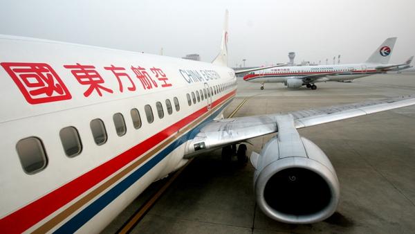 飞机降落后,旅客立即被当地救护人员接走抢救,东航还通知在当地东航