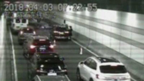 今晨军工路隧道发生两车相撞 一辆轿车翻车
